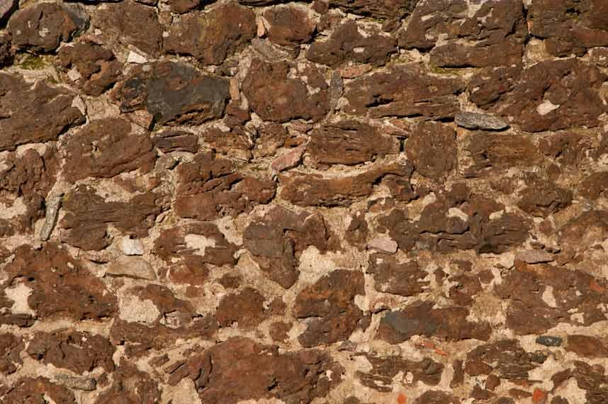 Kamienna ściana wzniesiona z rudy darniowej. Źródło: dominatura.pl